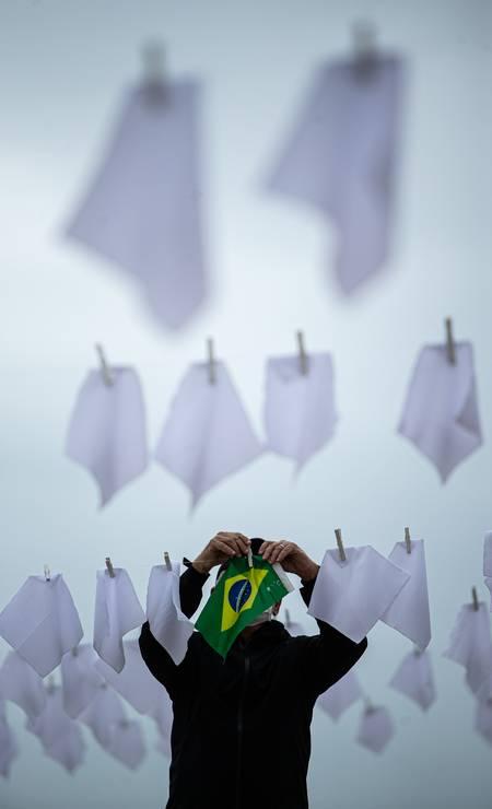 O material será entregue ao senador Randolfe Rodrigues (Rede-AP), vice-presidente da CPI Foto: Hermes de Paula / Agência O Globo