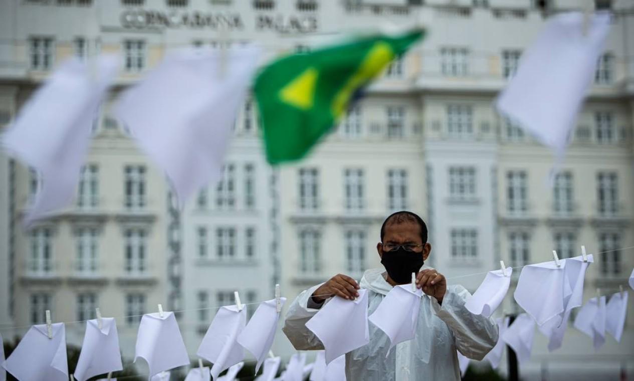 Ato tem 600 lenços brancos estendidos, junto a bandeiras do Brasil, em memória das vítimas da pandemia de Covid-19 Foto: Hermes de Paula / Agência O Globo