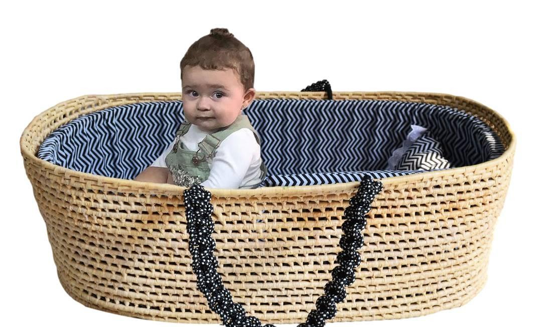 Atelier Chilaze. Marina Félix Vasconcelos no moisés de palha com alça de macramê e estofado de algodão: R$ 900 (atelierchilaze.com.br) Foto: Divulgação