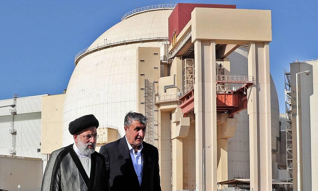 Presidente do Irã, Ebrahim Raisi (E), acompanha o presidente da Organização de Energia Atômica do Irã, Mohammad Eslami, em visita à usina nuclear de Bushehr Foto: - / AFP