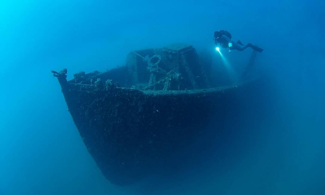 Um mergulhador explora os navios naufragados na Primeira Guerra Mundial no Parque Histórico Submarino de Gallipoli, que acaba de abrir no litoral da cidade de Çanakkale, na Turquia Foto: AFP