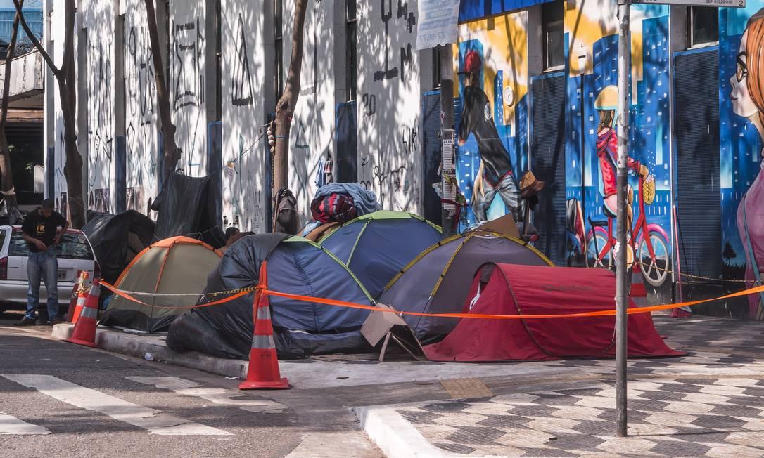 População em situação de rua na maior cidade do país. Barracas na Praça Marechal Teodoro, em São Paulo. Foto: Edilson Dantas / Agência O Globo