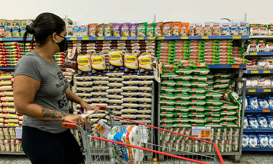 Inflação atingiu os itens mais essenciais como os alimentos que subiram mais de 14% nos últimos 12 meses, mas tem efeitos também em emprego e outras áreas Foto: Brenno Carvalho / Agência O Globo