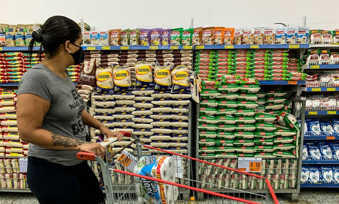 Inflação atingiu os itens mais essenciais como os alimentos Foto: Brenno Carvalho / Agência O Globo