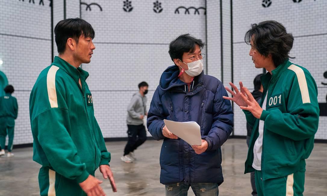 """O cineasta Hwang Dong-hyuk no set, dirigindo o elendo de diretor de """"Round 6"""" Foto: Divulgação"""