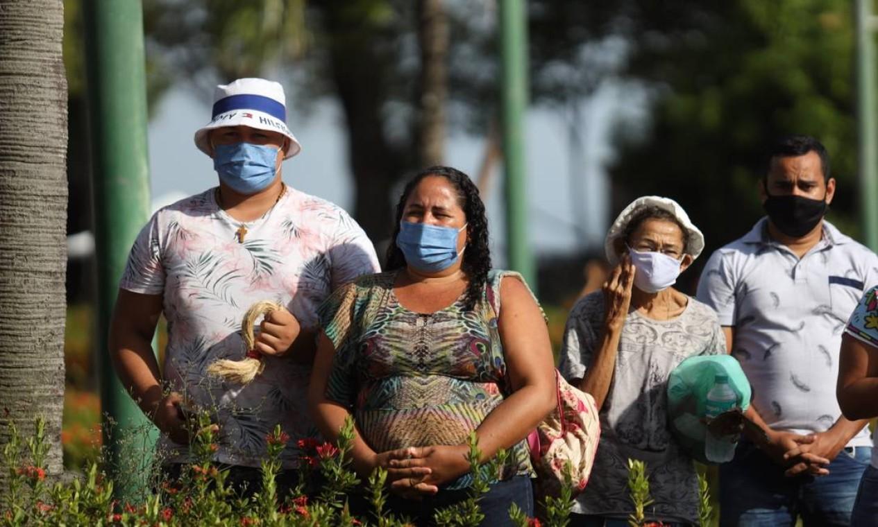 Fiéis usam máscara de proteção para participar da procissão do Círio de Nazaré Foto: Pedro Guerreiro / Agência Pará / Agência O Globo