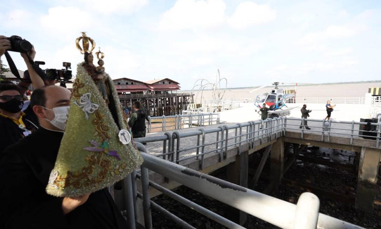 Imagem de Nossa Senhora de Nazaré é carregada durantge procissão Foto: Pedro Guerreiro / Agência Pará / Agência O Globo