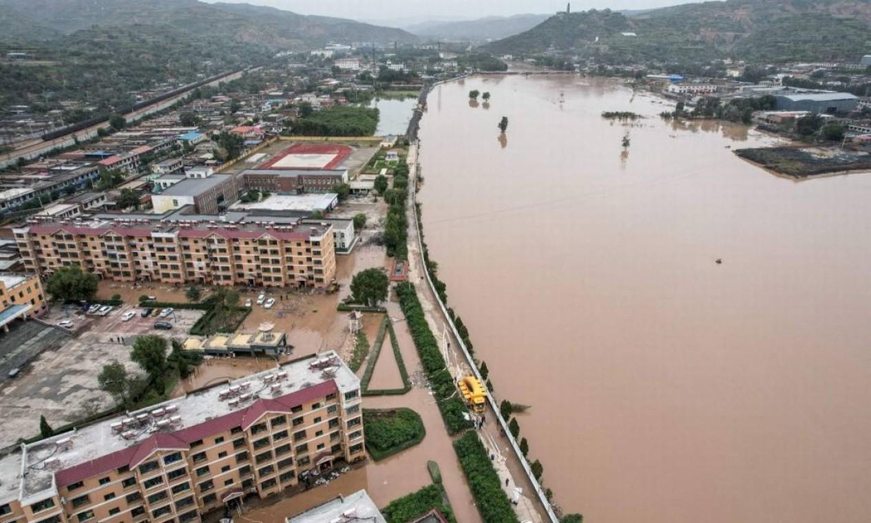 Cidades e distritos na província de Shanxi foram afetados por enchente Foto: STR / AFP