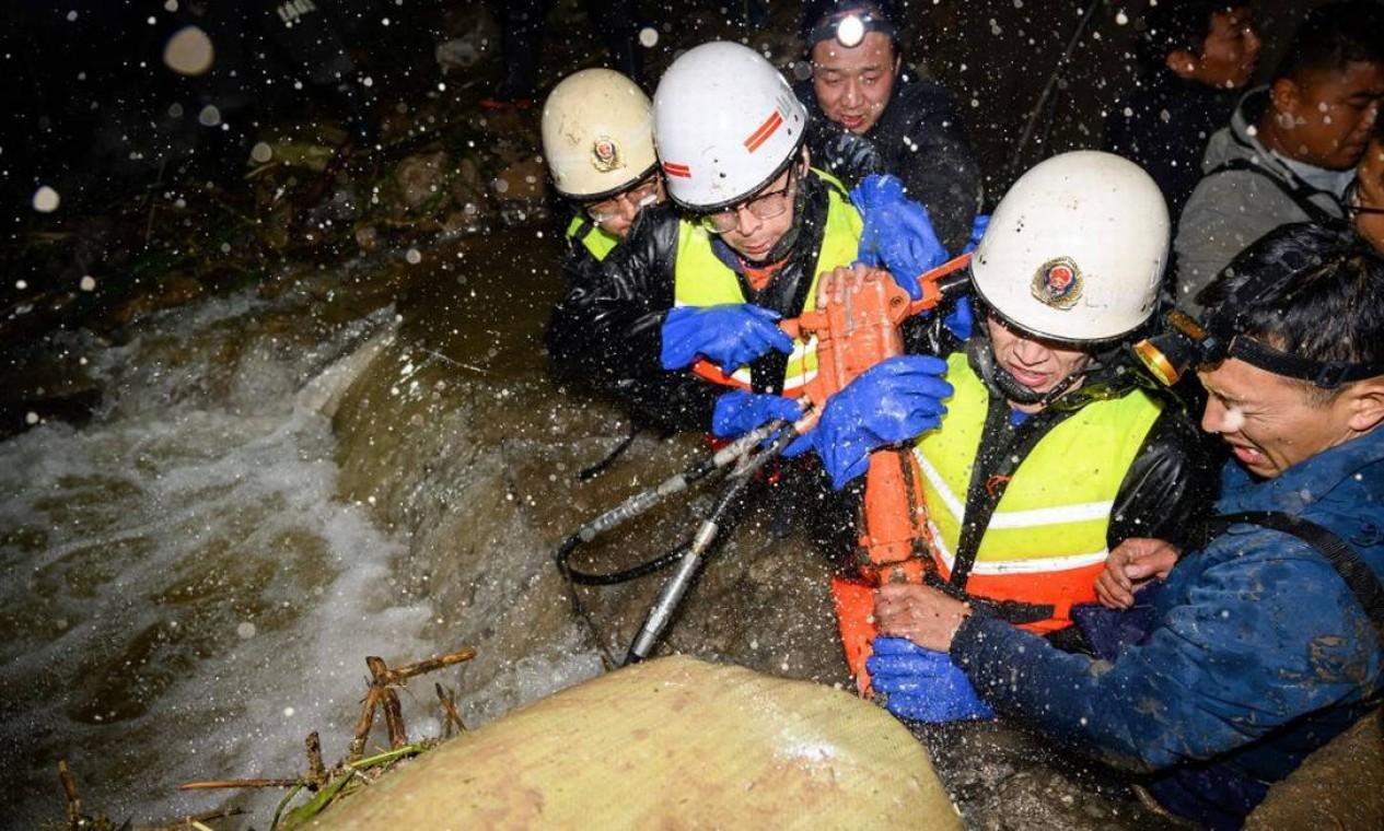 Equipes de resgate durante trabalho em área tomada pela água na província de Shanxi Foto: STR / AFP/China OUT