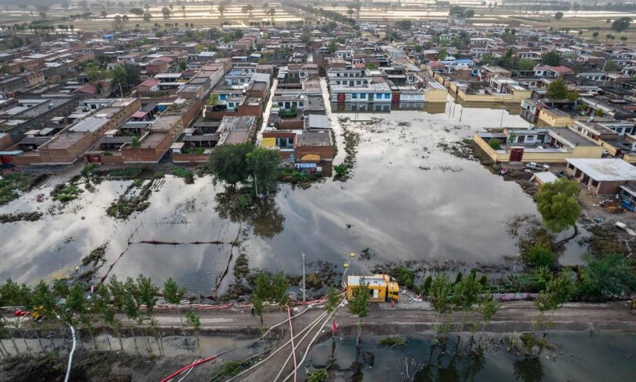 Quase dois milhões de moradores foram afetados pela enchente na província de Shanxi Foto: STR / AFP