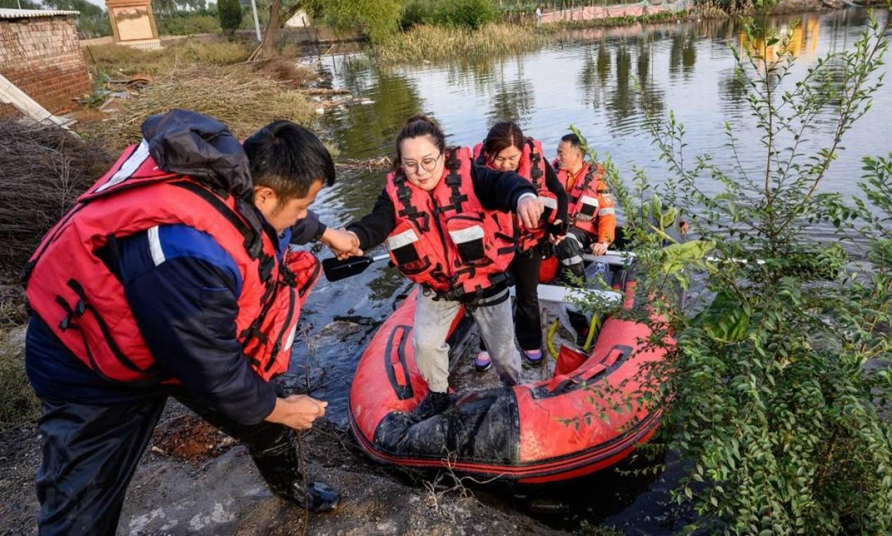 Euquipe de resgate atua na evacuação de moradores após enchente em cidade da província de Shanxi Foto: STR / AFP