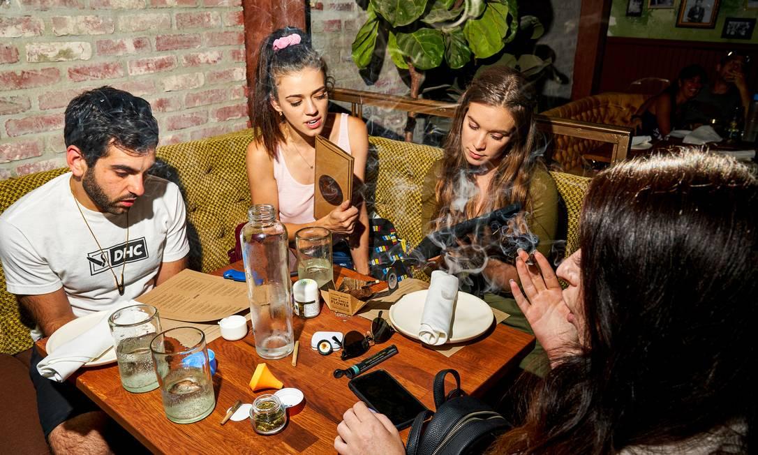 Grupo consome cannabis em Los Angeles, na Califórnia, estado americano onde o uso recreativo é liberado; legalização no país começou em 2012. Foto: MICHELLE GROSKOPF / NYT