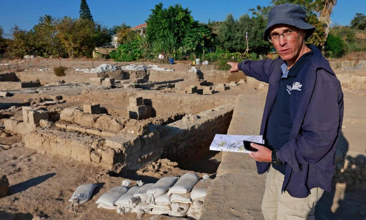 O arqueólogo Elie Haddad, da Autoridade de Antiguidades de Israel, apresenta espaço para a produção de vinhos descoberto no país Foto: MENAHEM KAHANA / AFP