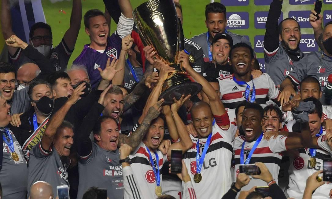 São Paulo levanta taça do Campeonato Paulista de 2021 Foto: NELSON ALMEIDA / AFP
