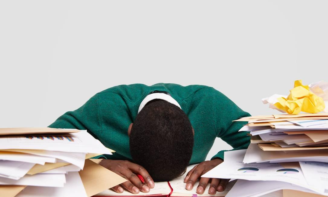 Apesar de saber que o excesso de trabalho faz mal para a saúde e é ineficaz para a produtividade, permitir-se desacelerar pode ser um desafio; confira algumas dicas. Foto: FreePik