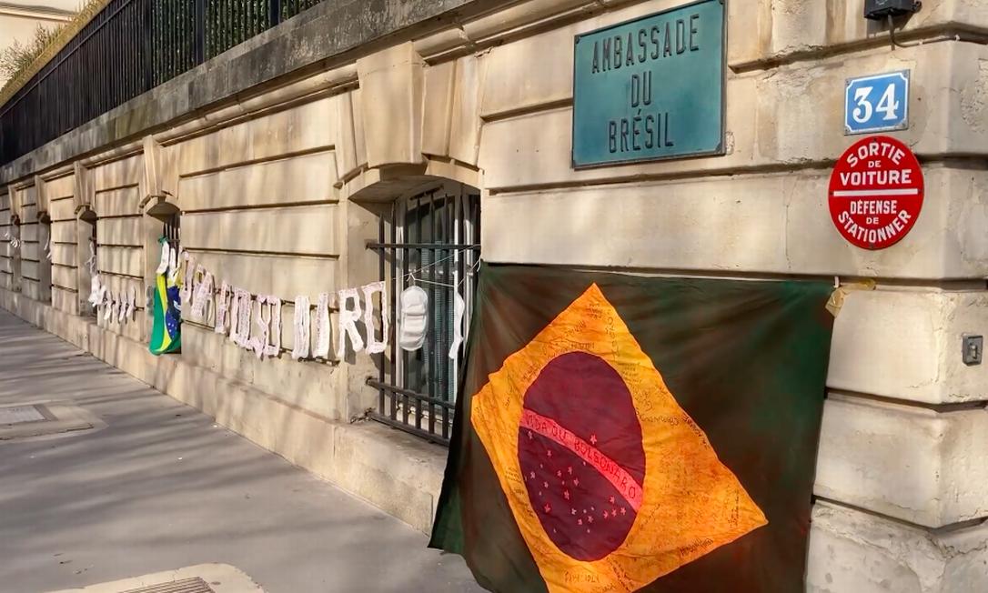 Manifestantes amarram absorventes na embaixada do Brasil em Paris para protestar contra veto de Bolsonaro Foto: Reprodução