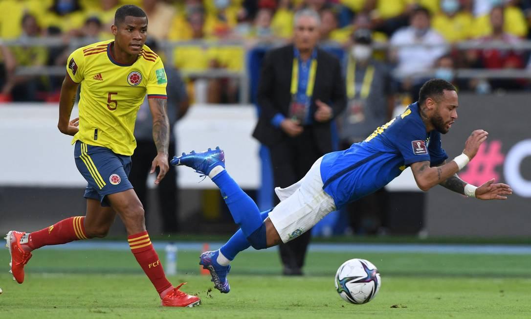 Neymar cai após disputa com Wilmar Barrios no empate entre Brasil e Colômbia Foto: JUAN BARRETO / AFP