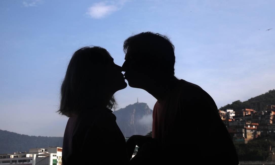 O casal com o Cristo ao fundo: em 2008, na hora da cerimônia, a chuva parou e um arco-íris surgiu no céu Foto: Custódio Coimbra / Agência O Globo