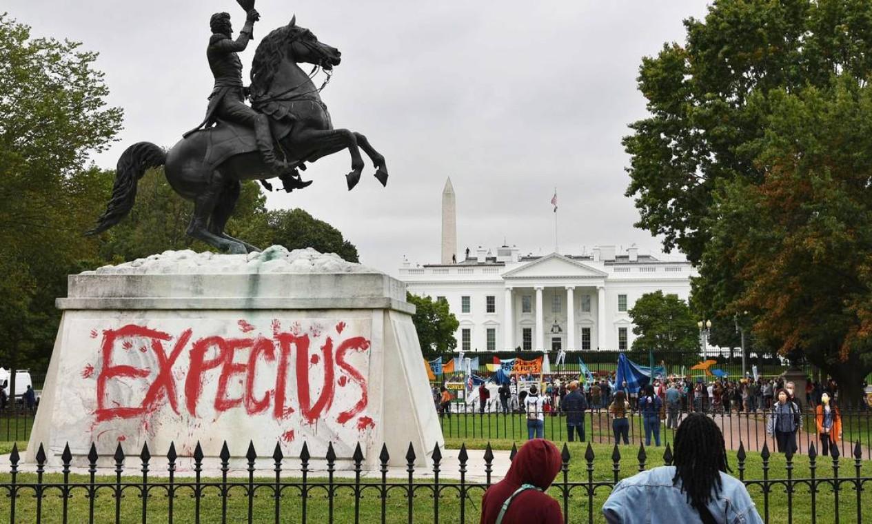 """Estátua do presidente dos EUA Andrew Jackson, na Lafayette Square, em Washington, pichada com a frase """"esperem-nos"""" enquanto ativistas ambientais e de direitos indígenas protestam em frente à Casa Branca Foto: MANDEL NGAN / AFP"""