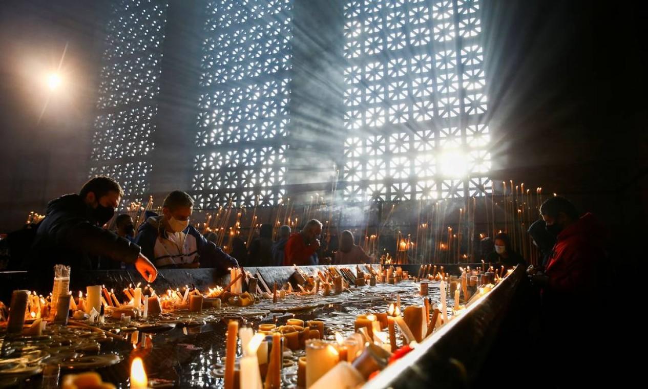 Fiéis rezam na Basílica de Nossa Senhora Aparecida, na cidade de Aparecida, São Paulo, no dia de celebração da padroeira do Brasil Foto: CARLA CARNIEL / REUTERS
