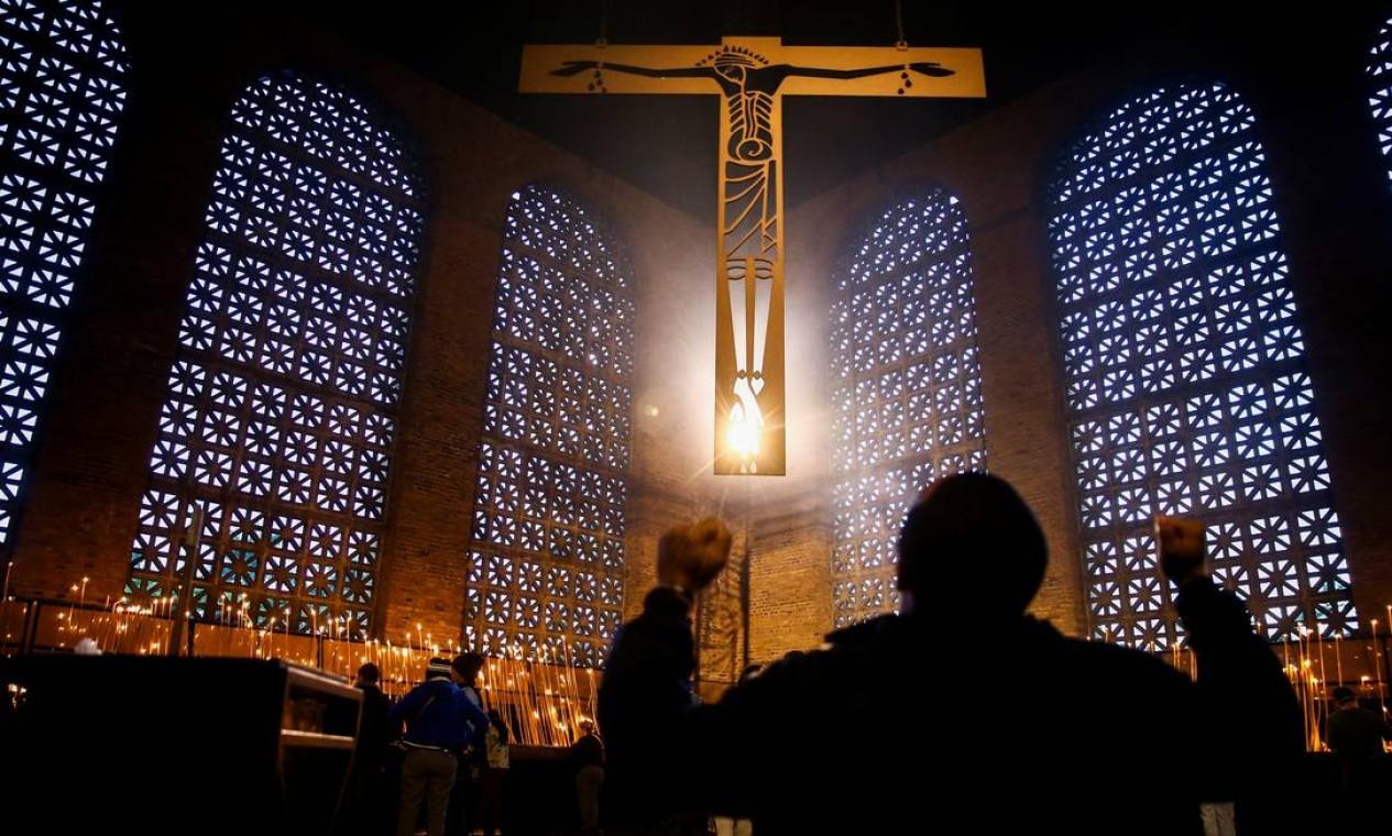 Um peregrino ora de joelhos na Basílica de Nossa Senhora Aparecida, enquanto fiéis prestam homenagem à padroeira do Brasil, na cidade de Aparecida, estado de São Paulo Foto: CARLA CARNIEL / REUTERS