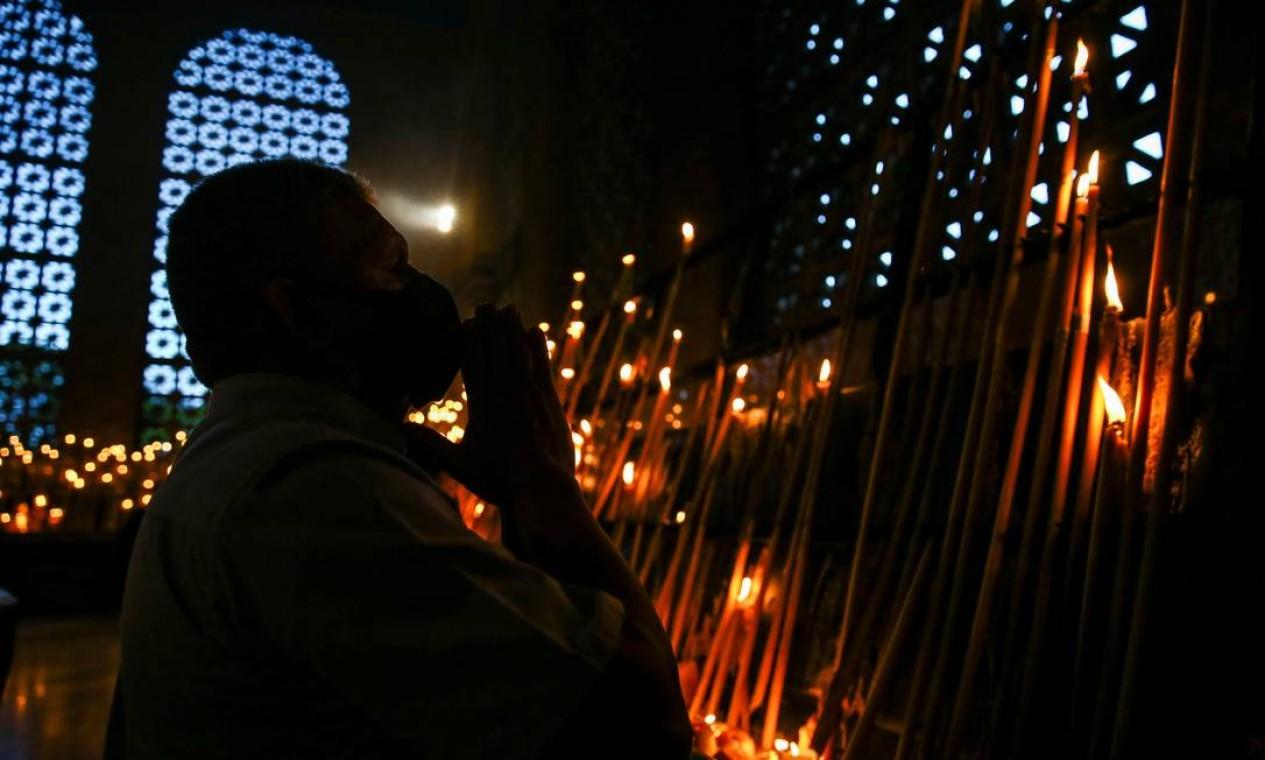 Devoto reza na Capela das Velas, na Basílica de Nossa Senhora Aparecida Foto: CARLA CARNIEL / REUTERS