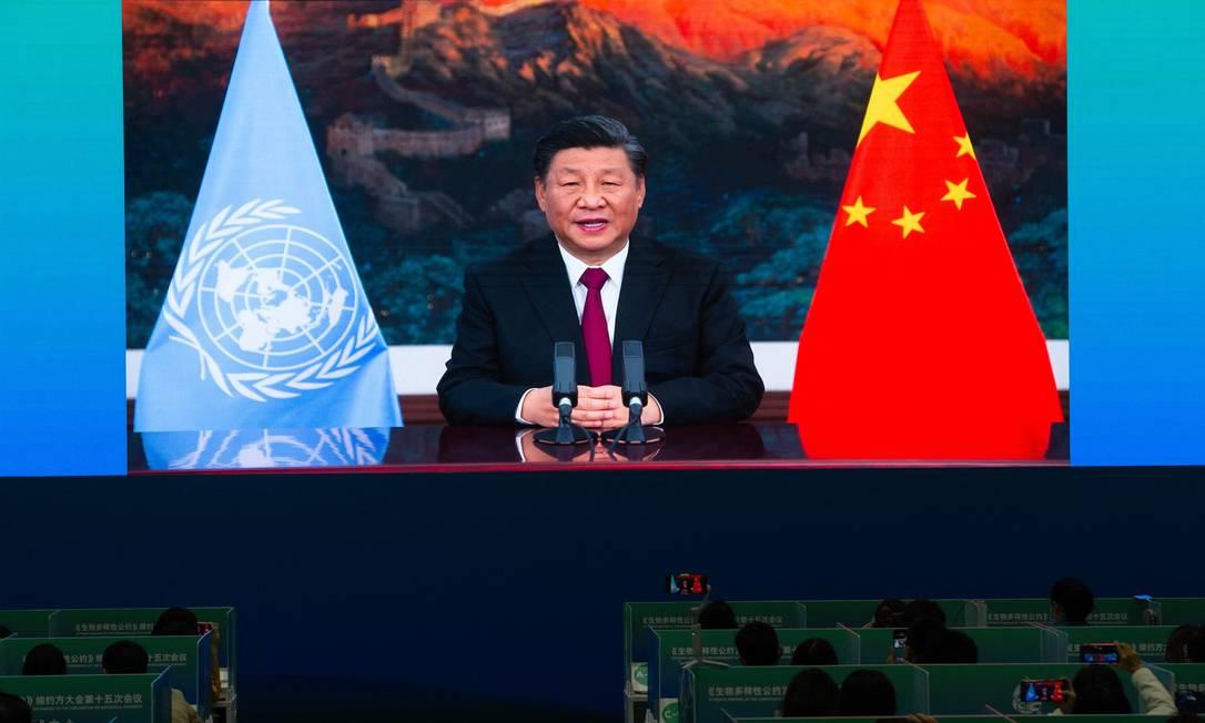 Representantes da imprensa assistem à discurso do presidente Xi Jinping em centro de mídia da conferência de biodiversidade da ONU Foto: STR / AFP