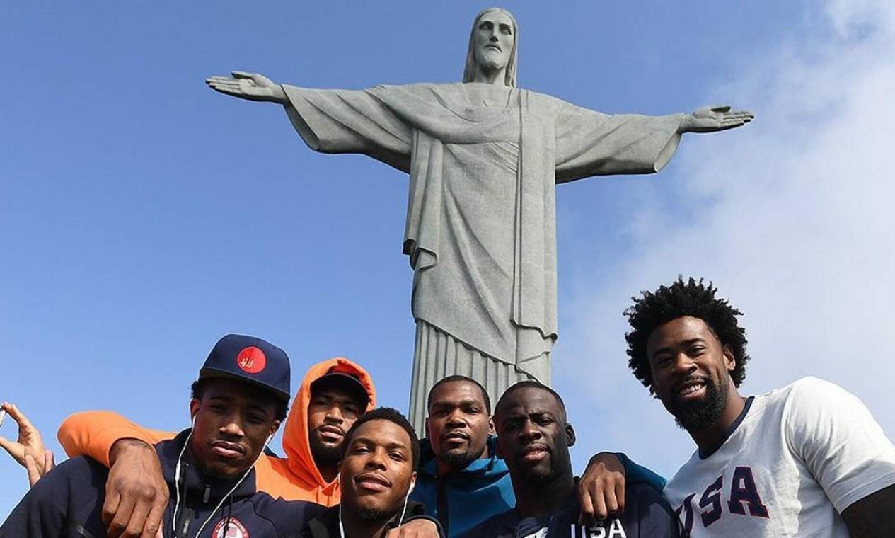 Klay Thompson, DeAndre Jordan, Draymond Green, Kevin Durant, Kyle Lowry, DeMar DeRozan e DaMarcus, jogadores da seleção norte-americana de basquete de 2016 Foto: USA Basketball