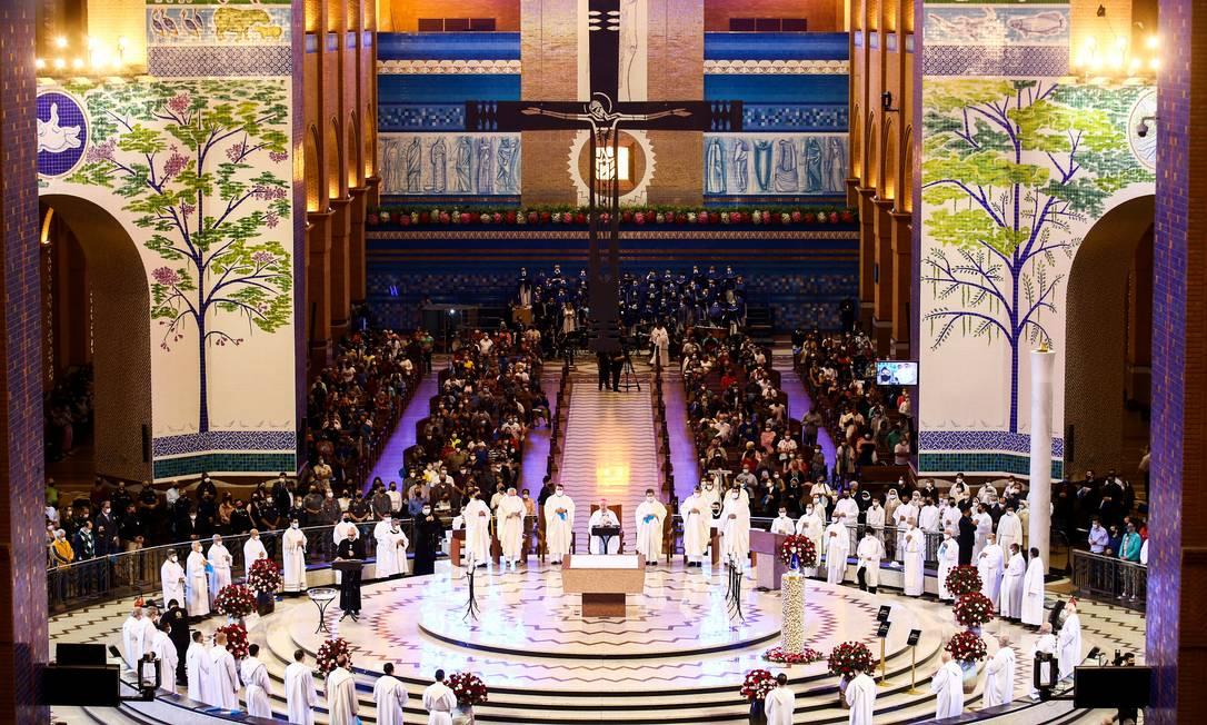 Peregrinos rezam durante missa na Basílica de Nossa Senhora Aparecida, em homenagem à padroeira do Brasil, na cidade de Aparecida, estado de São Paulo, Brasil, 12 de outubro de 2021. Foto: CARLA CARNIEL / REUTERS