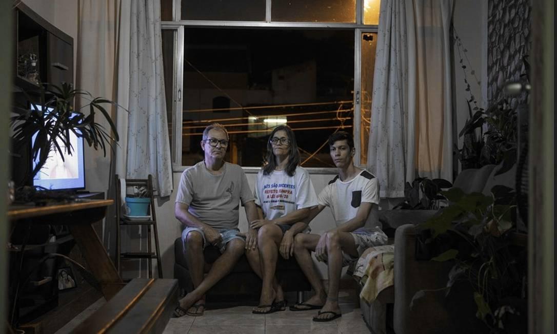 Flávia Rodrigues, com o marido e o filho, diz que teme ficar mais endividada. Neste ano, ela pegou dois empréstimos Foto: Alexandre Cassiano