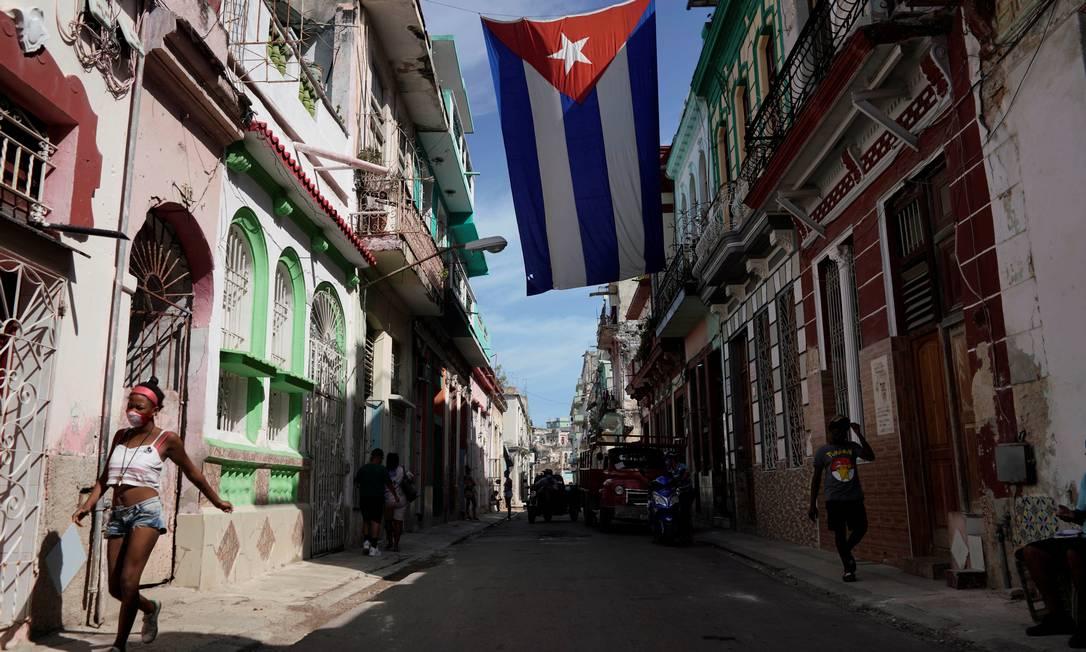 Pessoas caminham por rua de Havana, Cuba Foto: ALEXANDRE MENEGHINI / REUTERS/08-10-2021