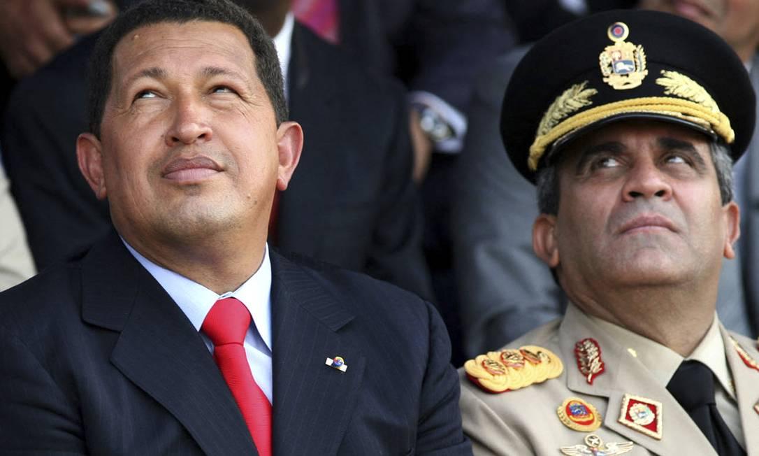 Hugo Chávez (esquerda), então presidente da Venezuela, e Raúl Baduel, ministro da Defesa observam voo de aeronaves russas em Maracay, Venezuela Foto: JENNY FUNG / AFP/09-1202006