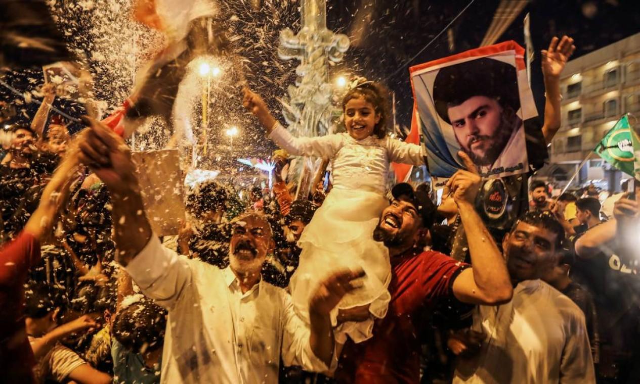 Apoiadores iraquianos do movimento de Sadr comemoram depois que os resultados preliminares da eleição parlamentar do Iraque foram anunciados em Najaf, Iraque Foto: ALAA AL-MARJANI / REUTERS
