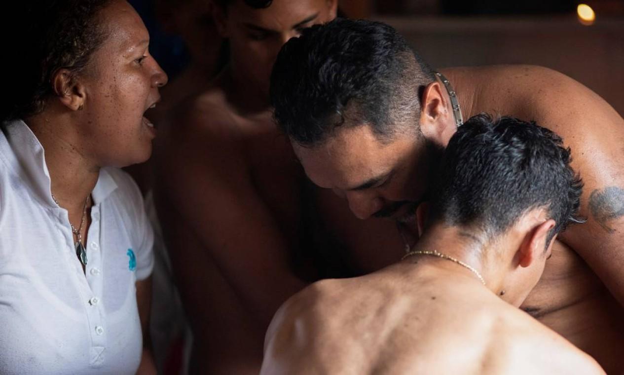 Pessoas participam de cerimônia espiritual que promove a boa saúde durante a festa religiosa anual da deusa Maria Lionza, em Petare, periferia de Caracas, Venezuela. No ritual, acredita-se entrar em contato espíritos de guerreiros indígenas Foto: LEONARDO FERNANDEZ VILORIA / REUTERS