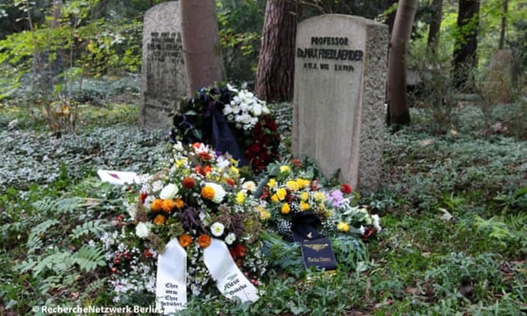 Cinzas do neonazista Henry Hafenmayer, de 48 anos, foram colocadas diante de túmulo do músico judeu Max Friedländer Foto: RechercheNetzwerk.Berlin