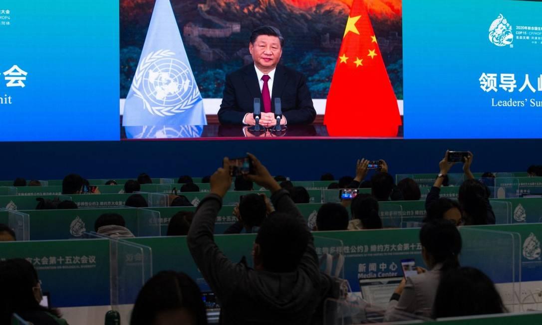 Discurso do presidente Xi Jinping é transmitido em sala de imprensa da COP-15, em Kunming Foto: STR / AFP/12-10-21