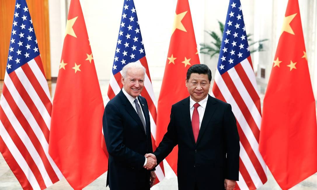 Presidente chinês, Xi Jinping, aperta a mão de Joe Biden, que atuava como vice-presidente dos EUA na ocasião, em dezembro de 2013 Foto: LINTAO ZHANG / AFP