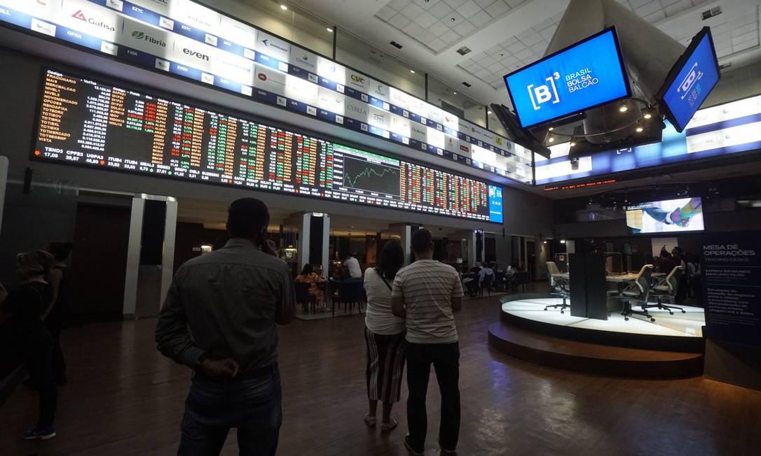 Investidores avaliam dados americanos durante o pregão. Foto: Cris Faga / NurPhoto via AFP