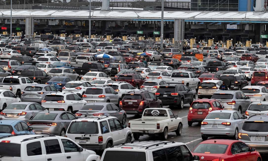Carros aguardam para cruzar a fronteira entre EUA e México em San Ysidro, no estado mexicano da Baixa Califórnia, em março de 2020 Foto: GUILLERMO ARIAS / AFP