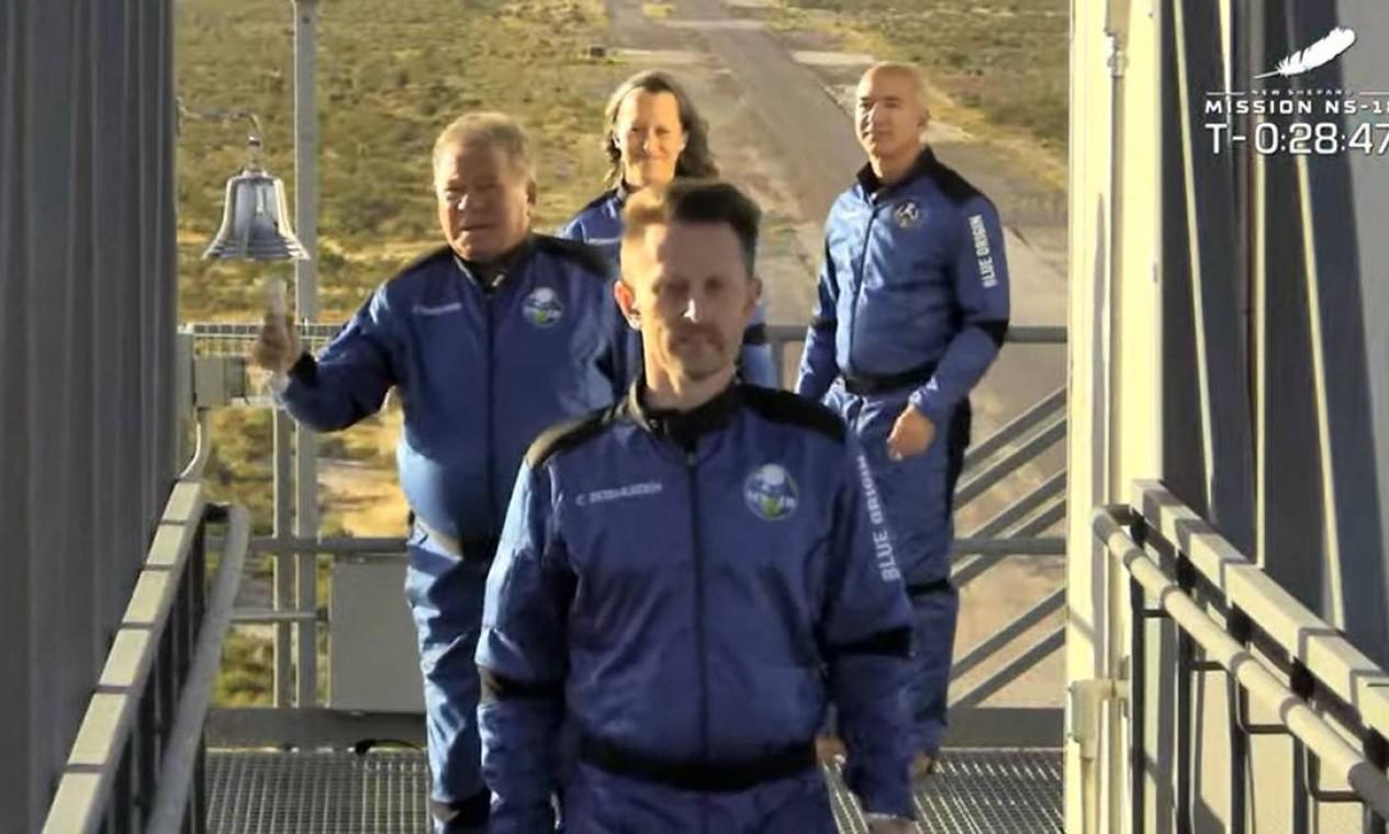 O ator William Shatner, toca a campainha antes de decolar da região do oeste do Texas. Junto com ele estão: o fundador da Blue Origin, Jeff Bezos (à direita); o cofundador da Planet Labs, Chris Boshuizen (à frente); e vice-presidente de missões e operações de voo da da Blue Origin, Audrey Powers Audrey Powers (atrás) Foto: JOSE ROMERO / AFP