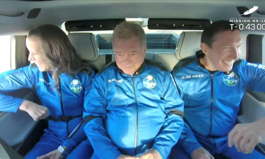 O ator William Shatner (no centro) se tornou a pessoa mais velha a ir ao espaço, após participar de um voo da New Shepard Foto: BLUE ORIGIN / via REUTERS