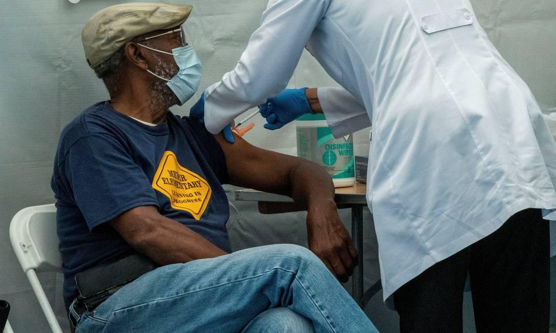 Dose de vacina contra a Covid-19 é aplicada em idoso de Nova York, nos EUA Foto: DAVID DEE DELGADO / REUTERS