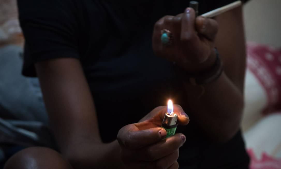 Mulher consome drogas na região da Cracolândia, em São Paulo Foto: Edilson Dantas / Agência O Globo