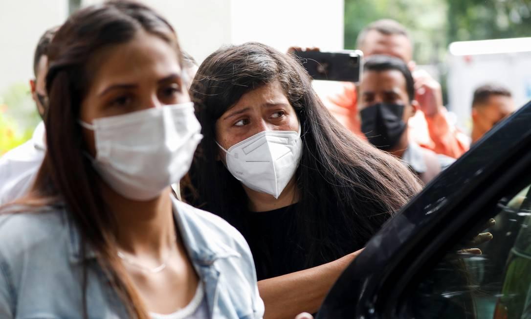 Margareth e Andreína Baduel, filhas de Raúl Baduel, chegam para sepultamendo do pai, em Caracas Foto: LEONARDO FERNANDEZ VILORIA / REUTERS
