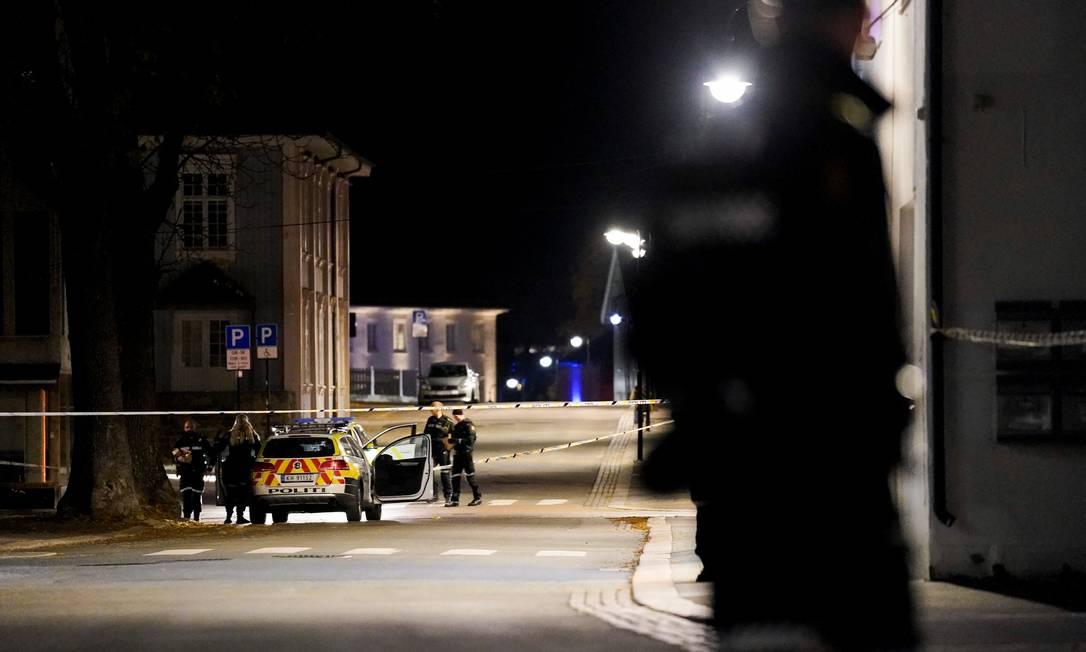 Policiais investigam local de ataque com arco e flechas na cidade norueguesa de Kongsberg Foto: NTB / via REUTERS