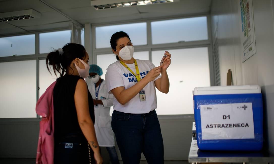 Publico alvo é população adulta que já recebeu a primeira dose Foto: Brenno Carvalho / Agência O Globo