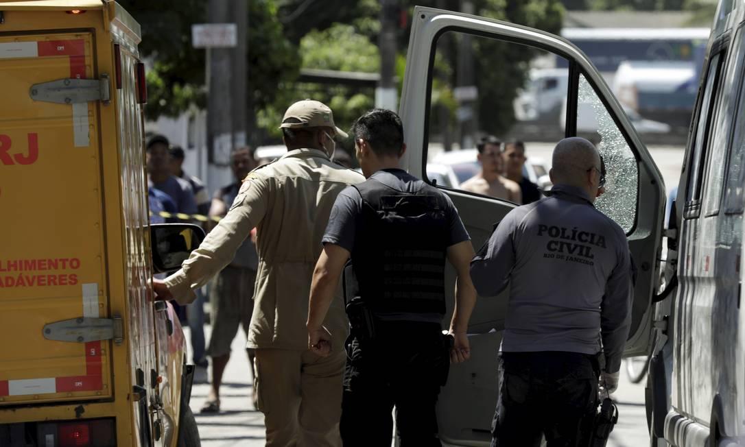 Policiais civis periciam a van que o vereador dirigia quando foi executado a tiros de fuzil no bairro Pilar Foto: Gabriel de Paiva / Agência O Globo