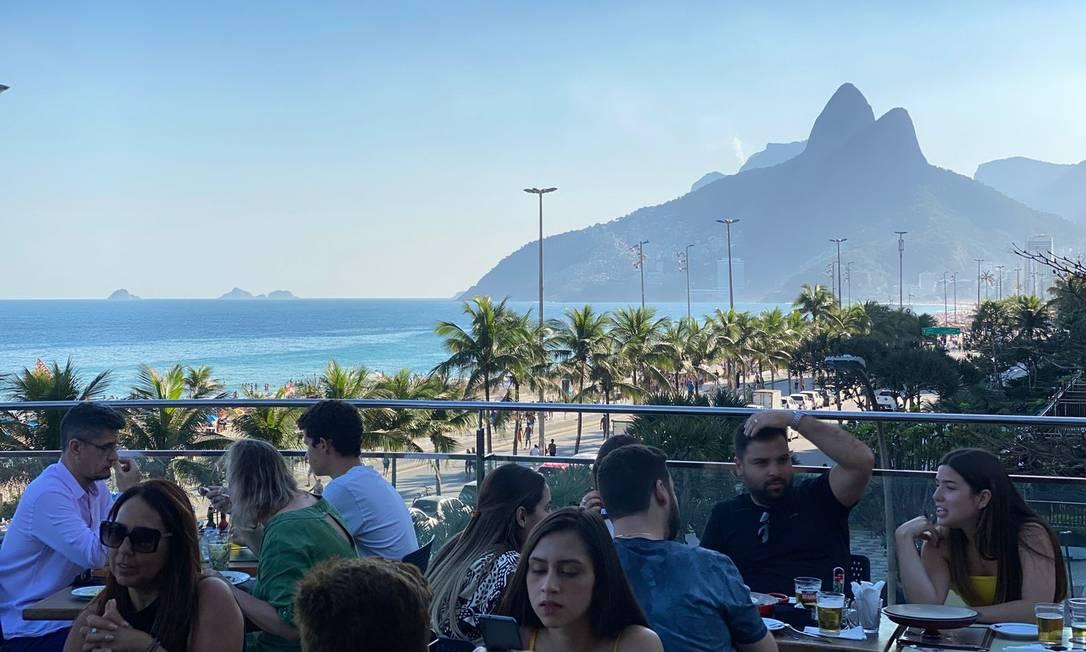 De cara para a Praia de Ipanema: o terraço do mais novo Boteco Belmonte Foto: Zan Andrade / Divulgação