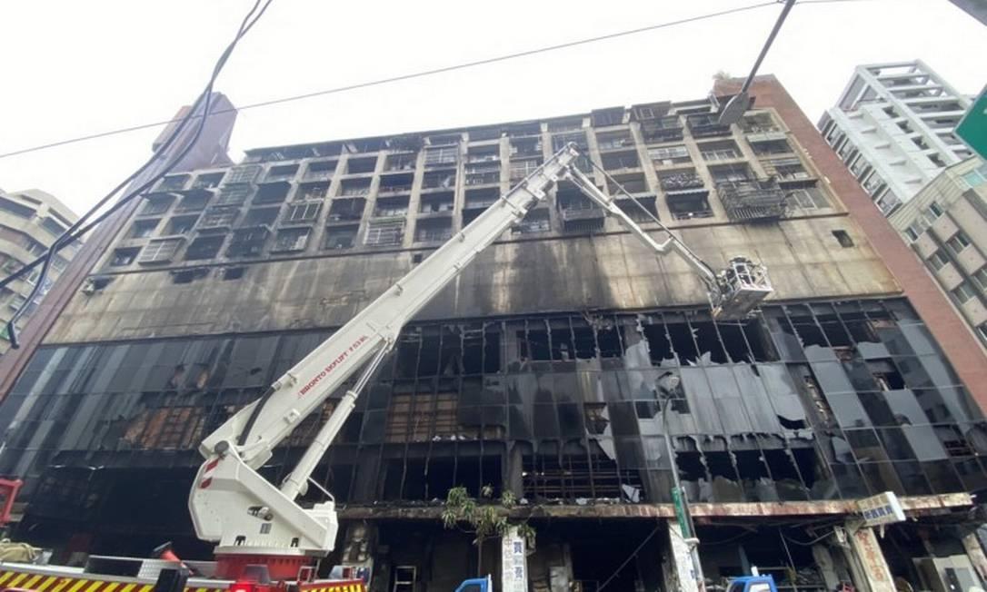 Incêndio em prédio deixa mortos e feridos em Taiwan Foto: STR / AFP