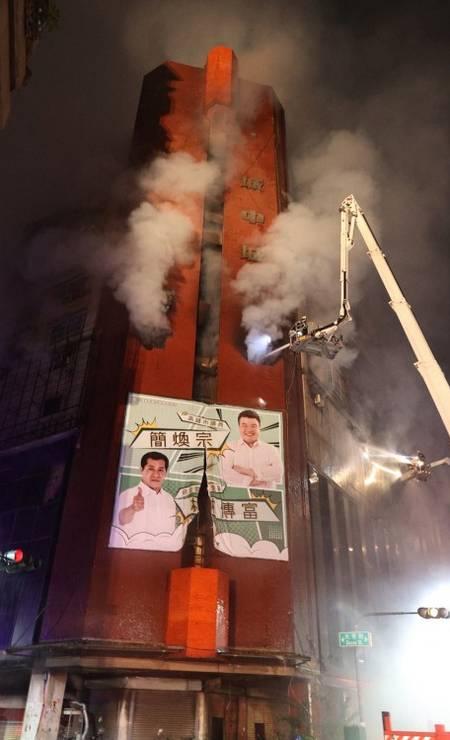 Edifício que pegou fogo em Taiwan tinha 13 andares com apartamentos residenciais e lojas Foto: STR / AFP